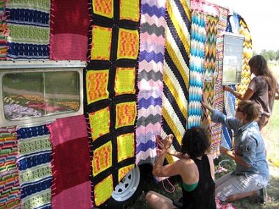 Вязаное граффити - работа кипит