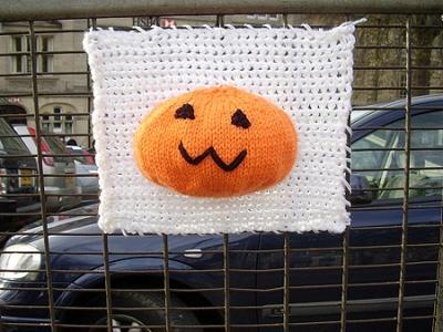 Вязаное граффити: уличное городское вязание