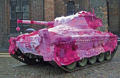 Вязаное граффити: танк стал очередной жертвой городского вязания
